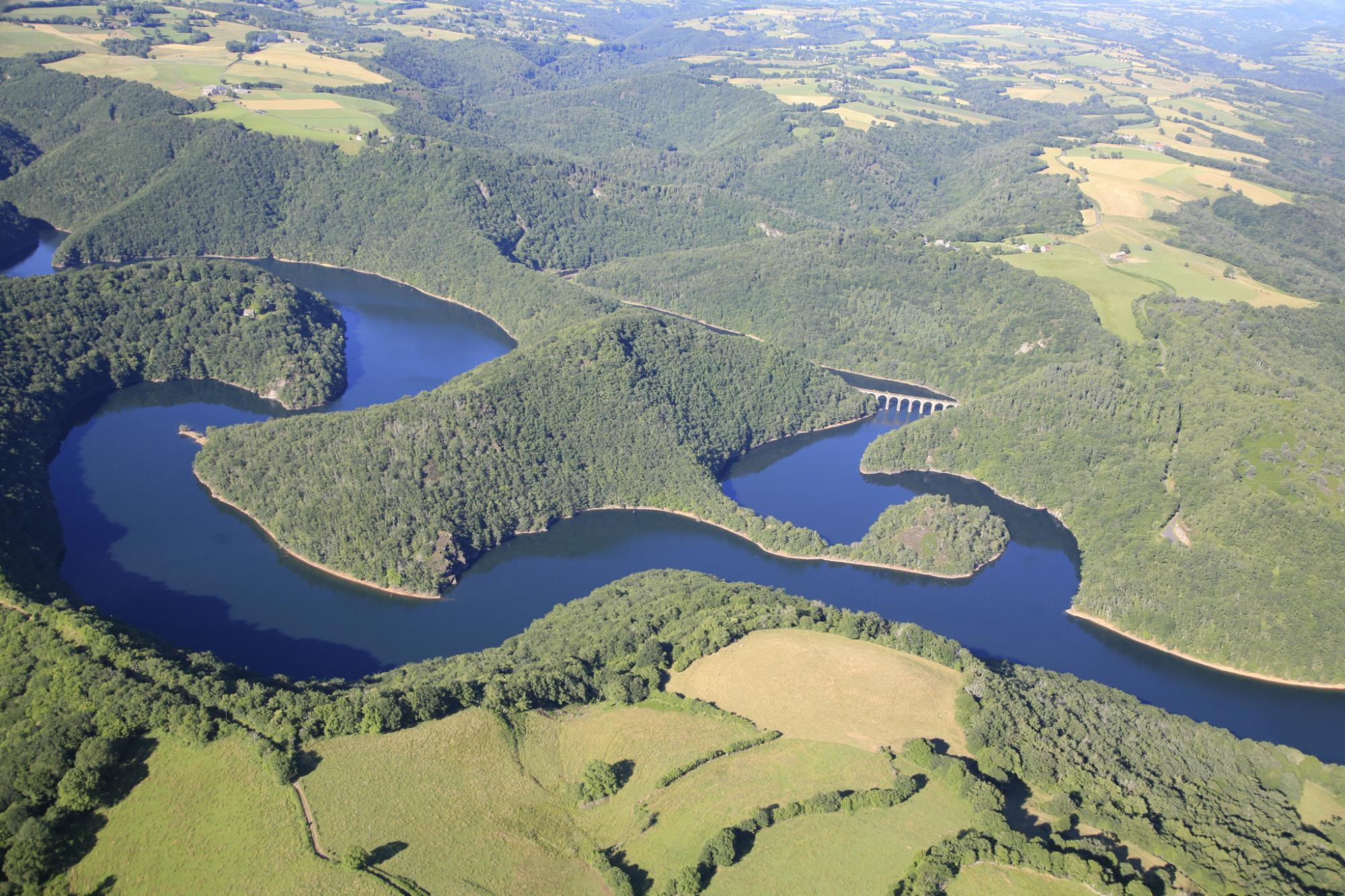 Le lac d' Enchanet dans le Cantal